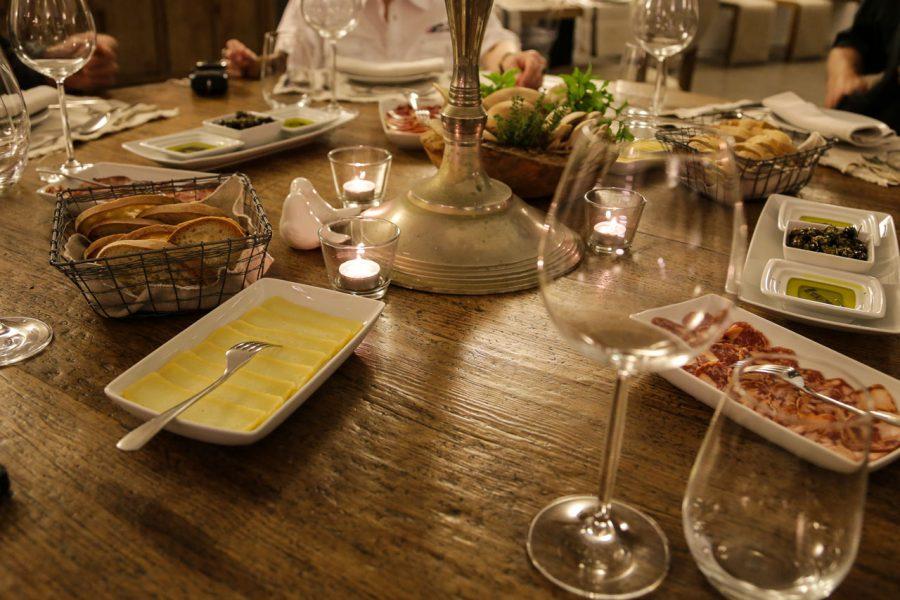 Typische Weinprobe mit Brot, Olivenöl, Schinken, Salami und Käse