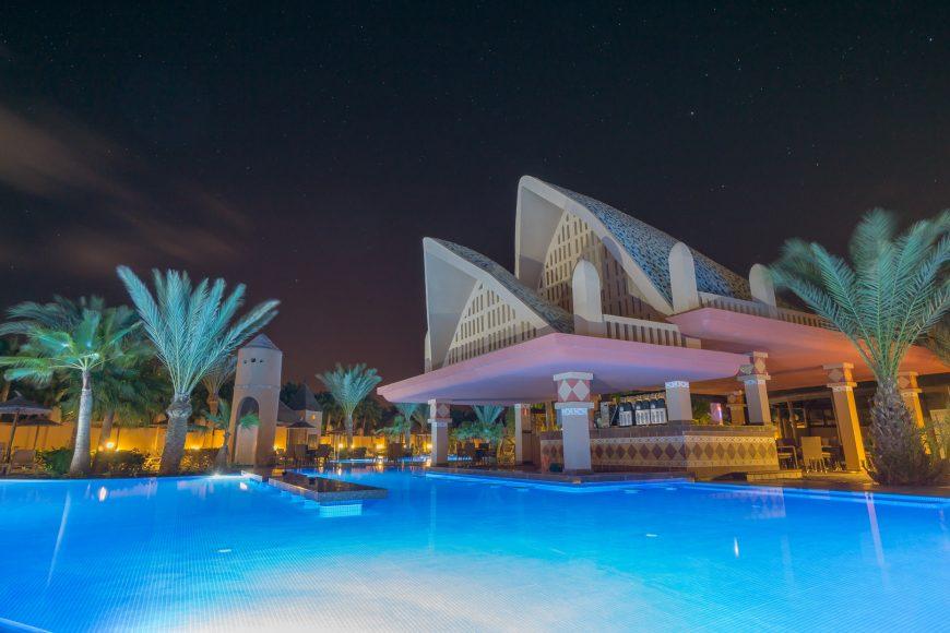 Swim-Up Poolbar bei Nacht