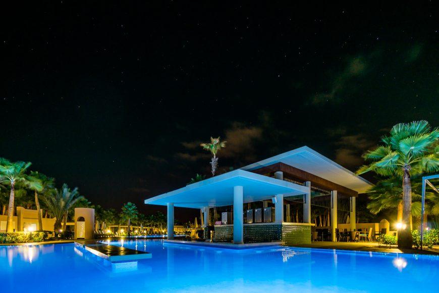 Poolbar bei Nacht