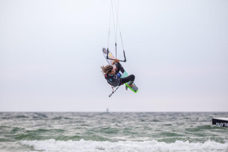 Kitesurfer beim Sprung