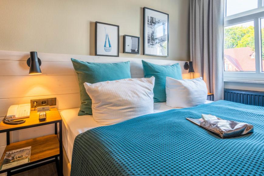 Das maritime Dekor, hier über den Bett, zieht sich durch das gesamte Hotel